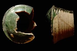 Fragment einer Pilzkachel mit glatter Oberfläche, grün glasiert, 2. Hälfte 14. Jh., H. 16,0 cm, T. 11,0 cm, Breisach, Museum