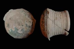 Fragment einer Pilzkachel mit glatter Oberfläche, grün glasiert, 2. Hälfte 14. Jh., H. 17,0 cm, T. 14,0 cm, Lörrach, Museum am Burghof, urspr. Burg Rötteln