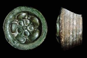 Fragment einer Pilzkachel mit Rosette, grün glasiert, 1. Hälfte 15. Jh., H. 17,0 cm, Offenburg, Museum im Ritterhaus