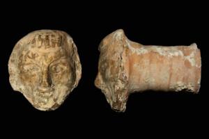 Fragment einer Pilzkachel mit dem Gesicht eines jungen Mannes, braun glasiert, um 1400, H. 8,1 cm, T. 7,5 cm, Büdingen, Heuson-Museum
