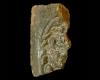 Fragment einer Eckkachel mit dem Sündenfall und der Vertreibung aus dem Paradies, dunkelbraun glasiert,17. Jh., Bretten, Stadtmuseum