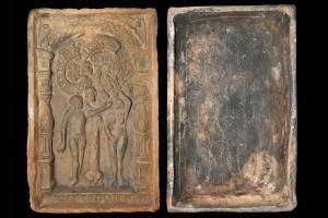 Fragment einer Blattkachel mit dem Sündenfall in einer Berman-Arkade, graphitiert, zweite Hälfte 16. Jh., H. 29,4 cm, Br. 18,7 cm, Bad Homburg, Museum im Gotischen Haus