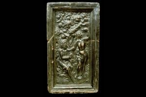 Fragment einer Blattkachel mit dem Sündenfall mit sitzendem Adam, dunkelbraun glasiert, Anfang 17. Jh., H. 36,0 cm, Br. 20,5 cm, Strasbourg, Musée Historique