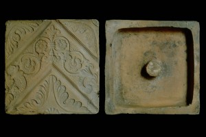 Fragment des Models einer Blattkachel mit Tapetendekor mit Akanthusrosetten und rechtwinkligem, rankenbesetztem Band, unglasiert, 17. Jh., H. 18,5 cm, Br. 18,5 cm, Stuttgart, Württembergisches Landesmuseum
