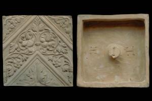 Fragment des Models einer Blattkachel mit Tapetendekor mit Akanthusrosetten und rechtwinkligem, rankenbesetztem Band, unglasiert, 17. Jh., H. 20,5 cm, Br. 20,5 cm, Mengen, Museum