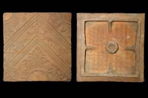 Fragment des Models einer Blattkachel mit Tapetendekor mit Akanthusrosetten und rechtwinkligem, rankenbesetztem Band, unglasiert, 17. Jh., H. 21,0 cm, Br. 22,9 cm, Butzbach, Museum der Stadt