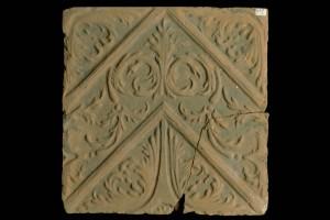 Fragment einer Blattkachel mit Tapetendekor mit Akanthusrosetten und rechtwinkligem, rankenbesetztem Band, graphitiert, 17. Jh., H. 24,5 cm, Br. 24,0 cm, Rothenburg o. T., Reichsstadtmuseum