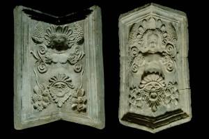 Fragment des Models einer Eckkachel mit armloser Karyatide sowie mit einer runghaltenden Maske, unglasiert, 17. Jh., Karlsruhe, Badisches Landesmuseum