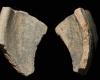 Fragment einer Tellerkachel mit glattem Innenfeld un zentralem Knauf, unglasiert, 2. Hälfte 14. Jh., H. 5,6 cm, Br. 3,7 cm, Speyer, Historisches Museum der Pfalz, urspr. Annweiler, Trifels