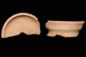 Fragment einer Tellerkachel mit glattem Innenfeld un zentralem Knauf, unglasiert, 2. Hälfte 14. Jh., H. 8,3 cm, Br. 14,1 cm, Speyer, Historisches Museum der Pfalz, urspr. Wilgartswiesen-Hofstätten