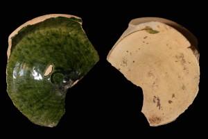 Fragment einer Tellerkachel mit glattem Innenfeld, grün glasiert, 2. Hälfte 14. Jh., H. 14,5 cm, Br. 13,5 cm, Speyer, Historisches Museum der Pfalz, urspr. Speyer, Lindenstraße