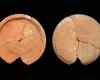 Fragment einer Tellerkachel mit glattem Innenfeld, unglasiert, 2. Hälfte 14. Jh., H. 12,5 cm, T. 1,6 cm Speyer, Historisches Museum der Pfalz, urspr. Zweibrücken, Alte Fasanerie