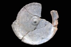Fragment einer Tellerkachel mit glattem Innenfeld und zentralem Knauf, unglasiert, 2. Hälfte 14. Jh., Schramberg, Stadtmuseum, urspr. Burg Ramstein