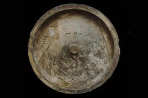 Fragment einer reduzierend gebrannten Tellerkachel, unglasiert, zweite Hälfte 14. Jh., Heidelberg, Kurpfälzisches Museum, urspr. Heidelberg, Kornmarkt