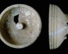 Fragment einer Tellerkachel mit glattem Innenfeld und zentralem Knauf, unglasiert, 2. Hälfte 14. Jh., Geislingen, Museum im Alten Bau