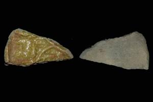 Fragment einer Tellerkachel mit reliefierter Stirnseite, gelb glasiert, 2. Hälfte 14. Jh., H. 2,8 cm, Br. 5,2 cm, Seeheim-Jugenheim, Heimatmuseum, urspr. Burg Tannenberg