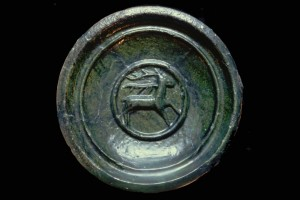 Fragment einer Tellerkachel mit Innenfeld mit trabendem Hirsch, grün glasiert, 2. Hälfte 14. Jh., H. 18.0 cm. T. 8,0 cm, Lörrach, Museum am Burggraben, urspr. Burg Rötteln