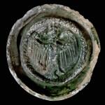 Fragment einer Tellerkachel mit kronetragendem Adler, grün glasiert, 2. Hälfte 14. Jh., Altdahn, Burgmuseum