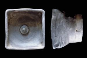 Fragment einer Napfkachel mit erhöhtem Boden und zentralem Knauf, unglasiert, Anfang 16. Jh., H. 12,5 cm, Br. 13,0 cm, Göppingen, Untere Denkmalschutzbehörde