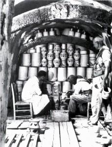 In der Eulerei Karl Gerhards Nachfolger wird der Kannenofen eingesetzt (aus: Heribert Fries, Kurrimurri. Erinnerungen an die Kannenbäcker in Höhr-Grenzhausen. Höhr-Grenzhausen1993, S. 149).