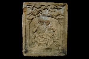 Fragment einer Blattkachel der Serie der Elemente in Form von Liebespaaren: das Wasser, unglasiert, Anfang 17. Jh., H. 23,0 cm, Br. 19,0 cm, Offenburg, Museum im Ritterhaus