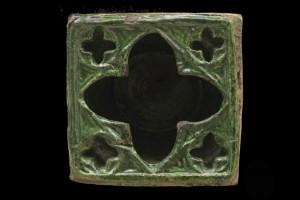 Fragment einer Napfkachel mit durchbrochenem Vorsatzblatt mit Vierpässen, grün glasiert, 2. Drittel 14. Jh Leipzig, Grassi Museum für Angewandte Kunst