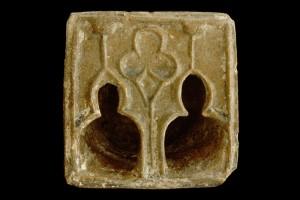 Fragment einer Napfkachel mit durchbrochenem Vorsatzblatt mit einem Biforium mit Lanzettfenstern, gelb glasiert, 2. Drittel 14. Jh Breisach. Museum für Stadtgeschichte
