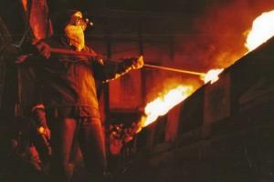 Einbringen des Kochsalzes in den Kannenbrand. Foto: Arthur Müller, IKK, Höhr-Grenzhausen
